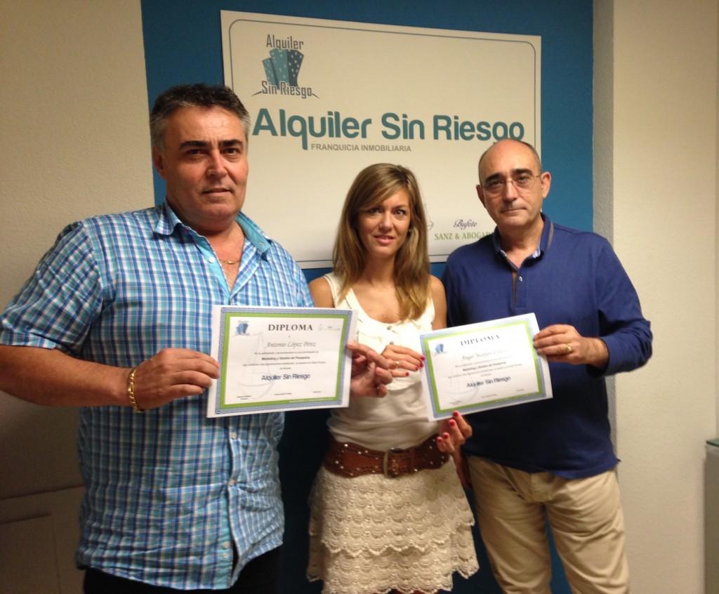 La Directora General de Alquiler Sin Riesgo, entre Antonio López y Ángel Manjón, nuevos franquiciados de Mallorca, tras Curso de Inicio